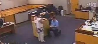 Την έδειρε, τον πήγε στο δικαστήριο, όπου δέχτηκε την πρόταση γάμου!