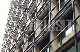 Εργαζόμενοι στον ΟΕΚ απειλούν να πέσουν στο κενό από τον 3ο όροφο