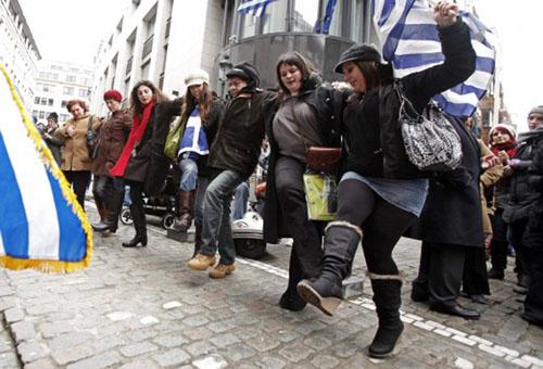 """Η Ευρώπη χόρεψε συρτάκι και φώναξε """"Είμαστε όλοι Έλληνες"""""""
