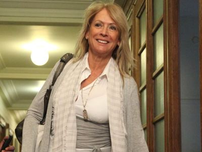 Απειλεί με μηνύσεις και ζητεί να αποκαλυφθεί ο βουλευτής
