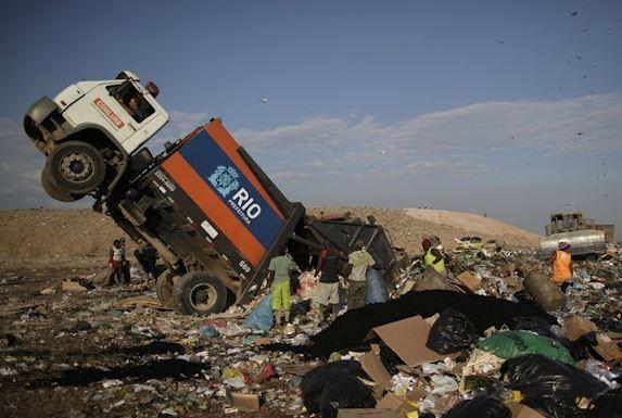 WASTE LAND: Οι ήρωες της χωματερής …