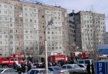 Κατάρρευση κτιρίου με τραυματίες και αγνοούμενους στη Ρωσία (video)