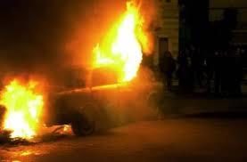 Την κλείδωσε στο αυτοκίνητο και έβαλε φωτιά!