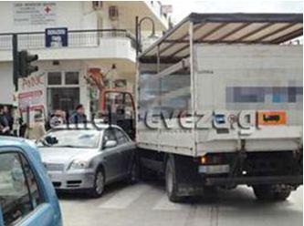 Πρέβεζα: Απίστευτο ατύχημα  - Ακυβέρνητο φορτηγό έπεσε πάνω σε παρκαρισμένα Ι.Χ.