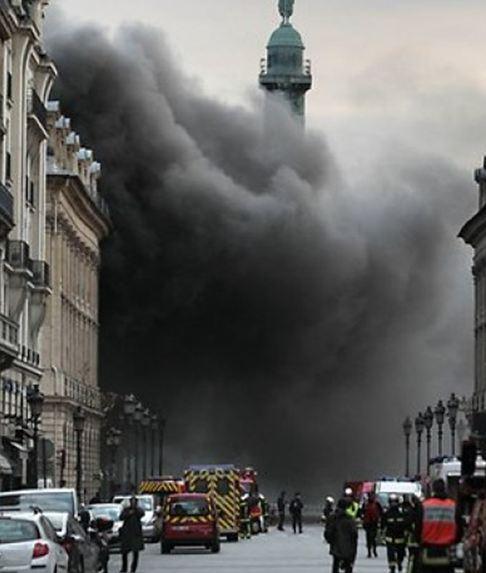 Πυρκαγιά σπέρνει την αναστάτωση στην πλατεία Βαντόμ του Παρισιού