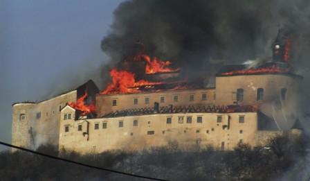 Πήγαν να καπνίσουν κρυφά και έβαλαν φωτιά στο κάστρο!