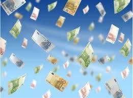 Τρίκαλα:Πέταξε από το μπαλκόνι 8.000 ευρώ!