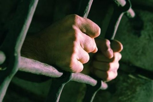 Κρεμάστηκε στο κελί του κατηγορούμενος για τον βιασμό της κόρης του