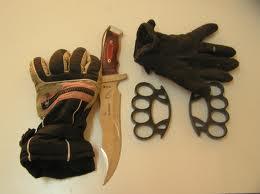 Λάρισα: Κυκλοφορούν με μαχαίρια και σιδηρογροθίες...