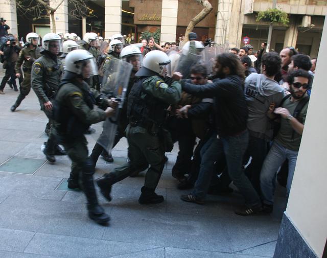Ολοκληρώθηκε η μαθητική παρέλαση - Ένταση στη Βουκουρεστίου