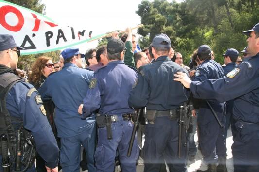 Έδιωξαν τον υφυπουργό Μανιάτη από την παρέλαση στο Ναύπλιο