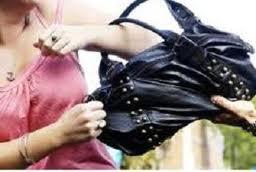 Λάρισα: Την λήστεψαν στην εξώπορτα του σπιτιού της