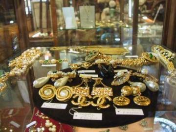Λάρισα : Ξάφρισαν χρυσαφικά από κοσμηματοπωλείο με τη μέθοδο της απασχόλησης