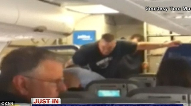 Ο πιλότος... «τρελάθηκε» κι άρχισε να φωνάζει: Θα μας σκοτώσουν, κάντε την προσευχή σας! (VIDEO)