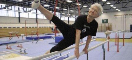 Απίστευτο:86χρονη αθλήτρια με κορμί λάστιχο!(βίντεο)
