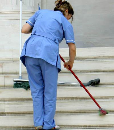 Στα δικαστήρια η απόλυση καθαρίστριας