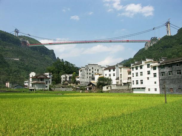 Η Κίνα έχει πλέον τη μεγαλύτερη κρεμαστή γέφυρα του κόσμου που ενώνει 2 τούνελ