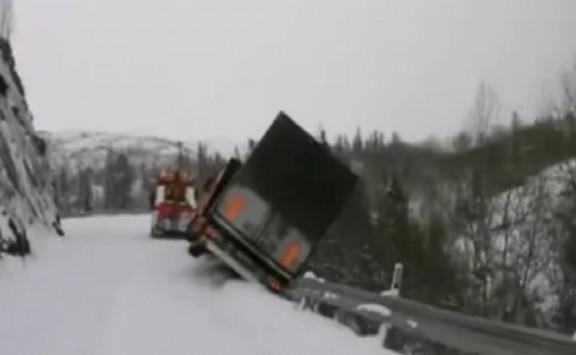 Νταλίκες πέφτουν σε γκρεμό - Σώοι οι οδηγοί - Απίστευτο βίντεο!
