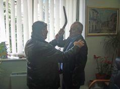 Αγανάκτησε Αντιδήμαρχος στα Τρίκαλα και έπιασε την …χαντζάρα