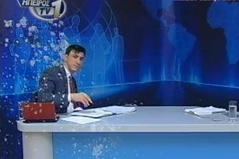 Γιαούρτωσαν δημοσιογράφο την ώρα του δελτίου ειδήσεων