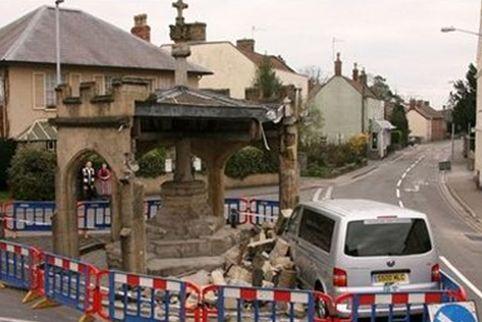 Με ένα φτέρνισμα κατέστρεψε μνημείο 500 ετών!