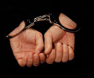 Σύλληψη αστυνομικού που κατείχε παράνομα 419 σφαίρες, ένα σπρέι πιπεριού, ένα μαχαίρι και μία ξιφολόγχη