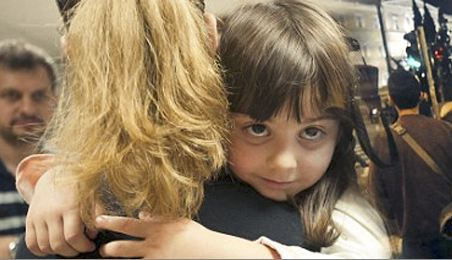 """Daily Mail: """"Οι Ελληνίδες μητέρες πουλάνε τα παιδιά τους"""""""