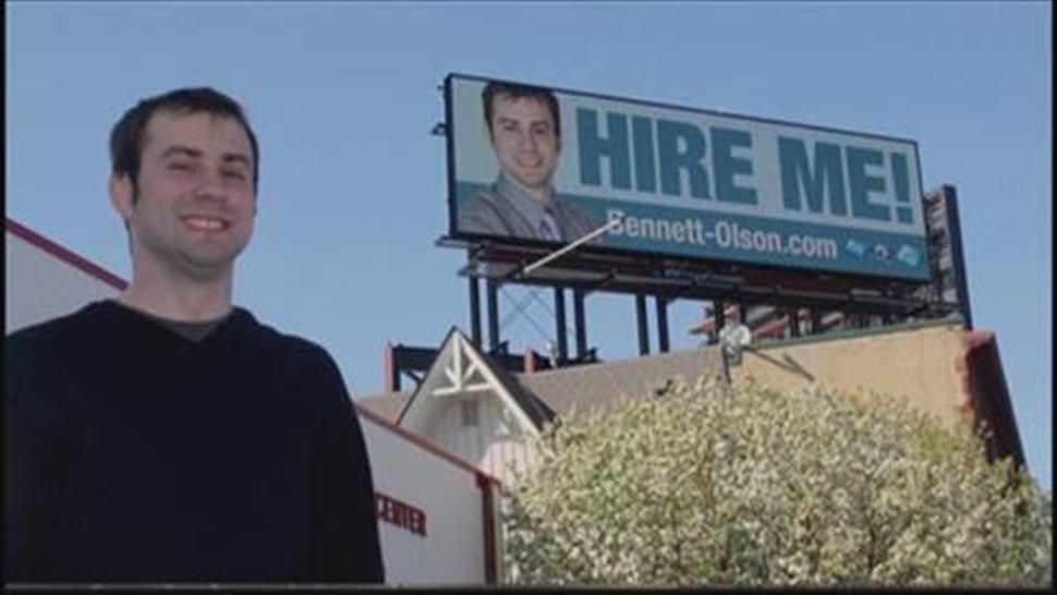 Έκανε τον εαυτό του γιγαντοαφίσα και βρήκε δουλειά!