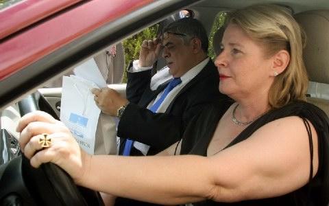 Με γερμανικό σταυρό στο χέρι η σύζυγος του Μιχαλολιάκου