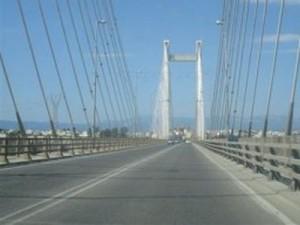 Άντρας απειλεί να πέσει από τη γέφυρα της Χαλκίδας
