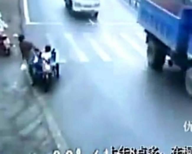 Τετράχρονη οδηγεί μηχανή στη μέση του δρόμου!