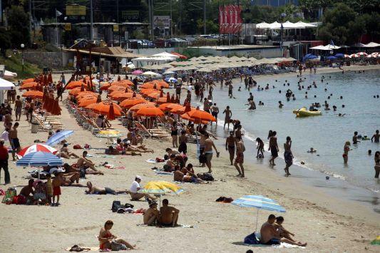 Χιλιάδες τουρίστες στα νησιά