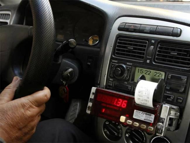 Οδηγός ταξί έκλεβε τους πελάτες