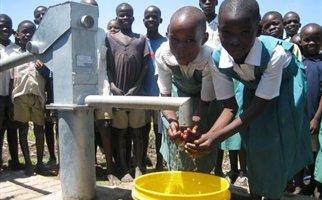 Αφρική: «Έξυπνες» χειροκίνητες αντλίες υπόσχονται καθαρό νερό