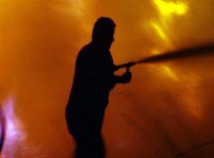 Καταστροφές από πυρκαγιά σε ελαιοτριβείο στη Βελίκα Αγιάς Λάρισας