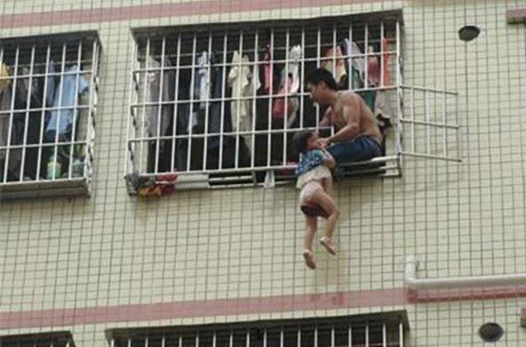 Κίνα: Κρέμασε την τρίχρονη κόρη του από τον έκτο όροφο!