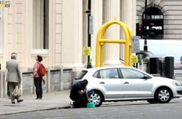 Κλέβει βενζίνη από αυτοκίνητο στη μέση του δρόμου! [video]