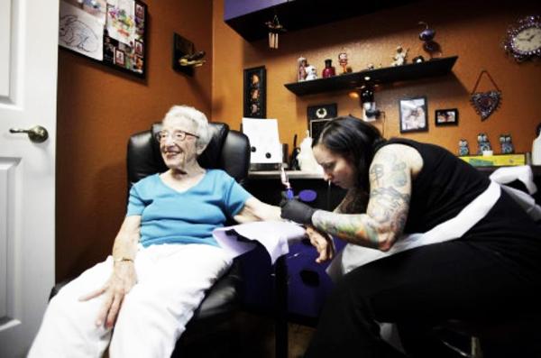 Γιαγιά έκανε τατουάζ στα 101 της χρόνια!