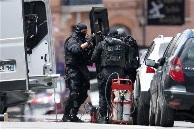 Γαλλία: Συνελήφθη ο άνδρας που κρατούσε ομήρους σε τράπεζα