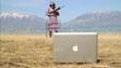 Δείτε μία γιαγιά να κάνει σκοποβολή με iPhone και MacBook!