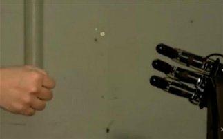 Το ρομπότ που ποτέ δεν χάνει στο «πέτρα, ψαλίδι, μολύβι, χαρτί»