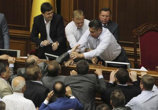 Πιάστηκαν στα χέρια μέσα στη βουλή!