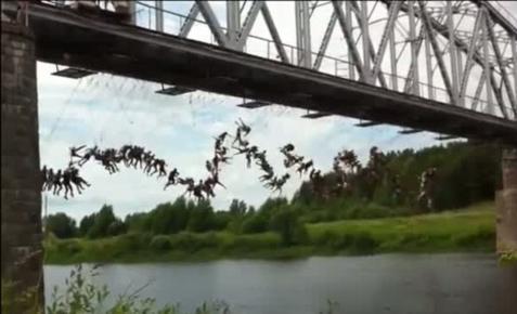 Πήδηξαν από γέφυρα ταυτόχρονα 135 άτομα