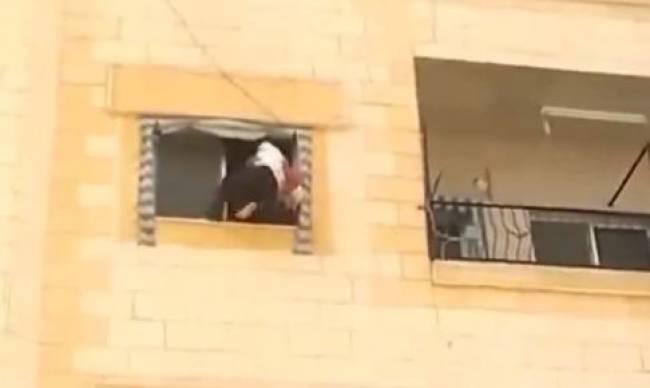 Τον έριξαν από τον 3ο όροφο(video)