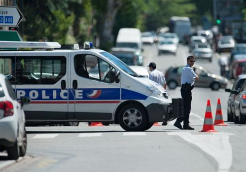 Ένοπλος κρατά όμηρο σε σχολείο νότια του Παρισιού
