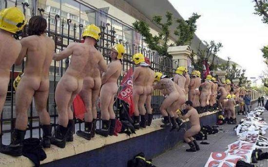 Πυροσβέστες...Γυμνοί στο δρόμο σε ένδειξη διαμαρτυρίας!!
