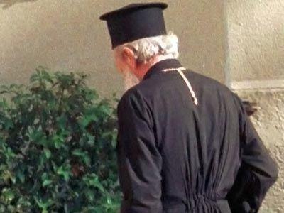 Παρίστανε τον ιερέα και «φέσωνε» τα ξενοδοχεία