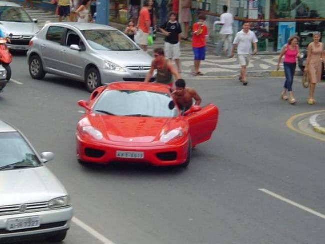 Τράκαρε την Ferrari και έμεινε από βενζίνη