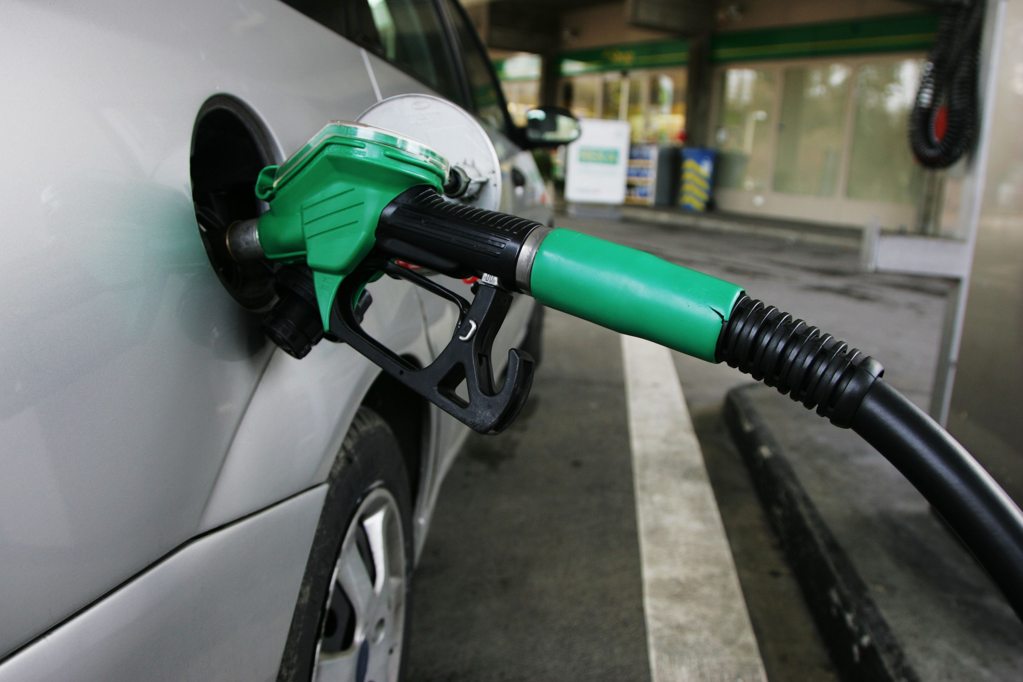 Φωτιά και λαύρα η τιμή της βενζίνης