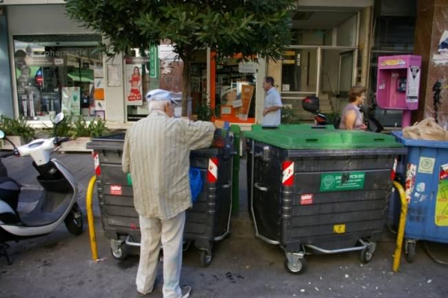 Σοκ στην Πάτρα: Συνταξιούχος ψάχνει στα σκουπίδια!